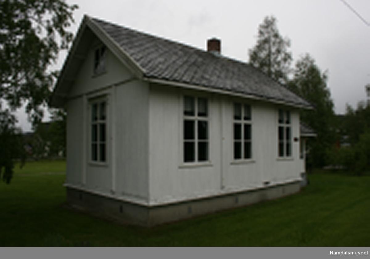 Skolehuset består av tre rom og loft. Klasserom, gang og lager/kjøkken. Loftet består av ett stort rom uten knevegger. Bygget i laftet tømmer. Utvendig kledt med dobbeltpløyd perlestaffpanel. Skifertak. Innvendig panelt med perlestaff. Høye vinduer for å gi mye lys til undervisningen. Fra gangen går det en trapp opp til loftet.