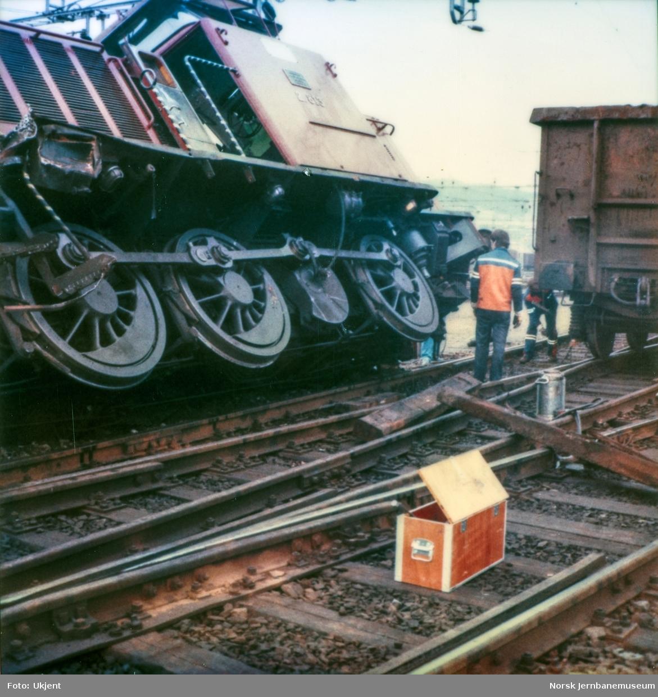 Sammenstøt mellom diesellokomotiv Di 2 813 og godsvogn på Alnabru skiftestasjon. Godsvognen er her satt på sporet