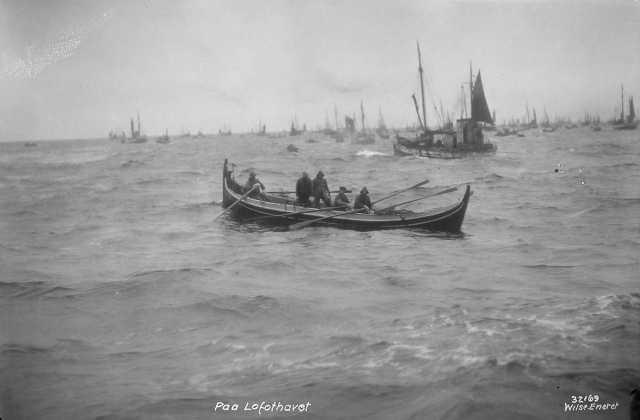 Robåt med fem menn på fiske. Flere fiskebåter i bakgrunnen. (Foto/Photo)