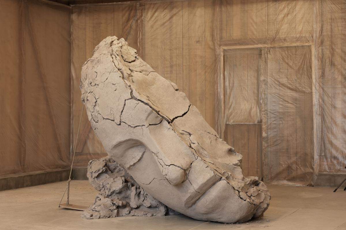 Installasjonen befinner seg i bygningen på Kistefos som heter Steinhuset. Installasjonen kan minne om en kunsters atelier, og består av nøye gjengitte figurative elementer, arkitektoniske fragmenter, og endrede hverdagslige materialer. Skulpturene og elementene i installasjonen er laget i bronse, men kan gi inntrykk av å være laget i andre materialer som leire.