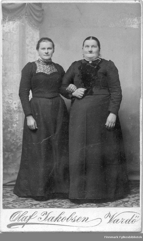 Visittkortportrett av en ung dame sammen med en eldre dame. Fotografert av Olaf Jakobsen, Vardø.