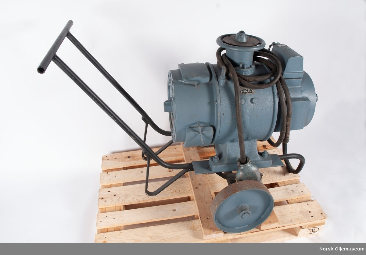 Sveiseapparat til elektrisk sveising. Apparatet omformer strøm til sveising og har kabel med støpsel for strøminntak. Sveisestrømuttaket har tre utganger.
