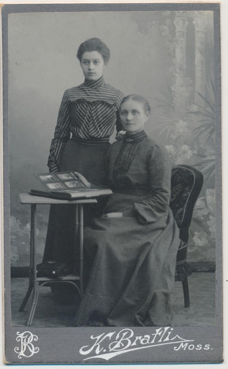 Bildet viser to kvinner, en ung og en eldre (mor og datter?), ukjente