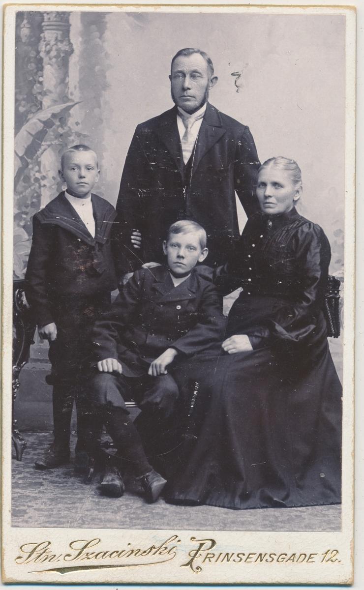Familiebilde, helfigur; mor, far og to sønner, ukjente
