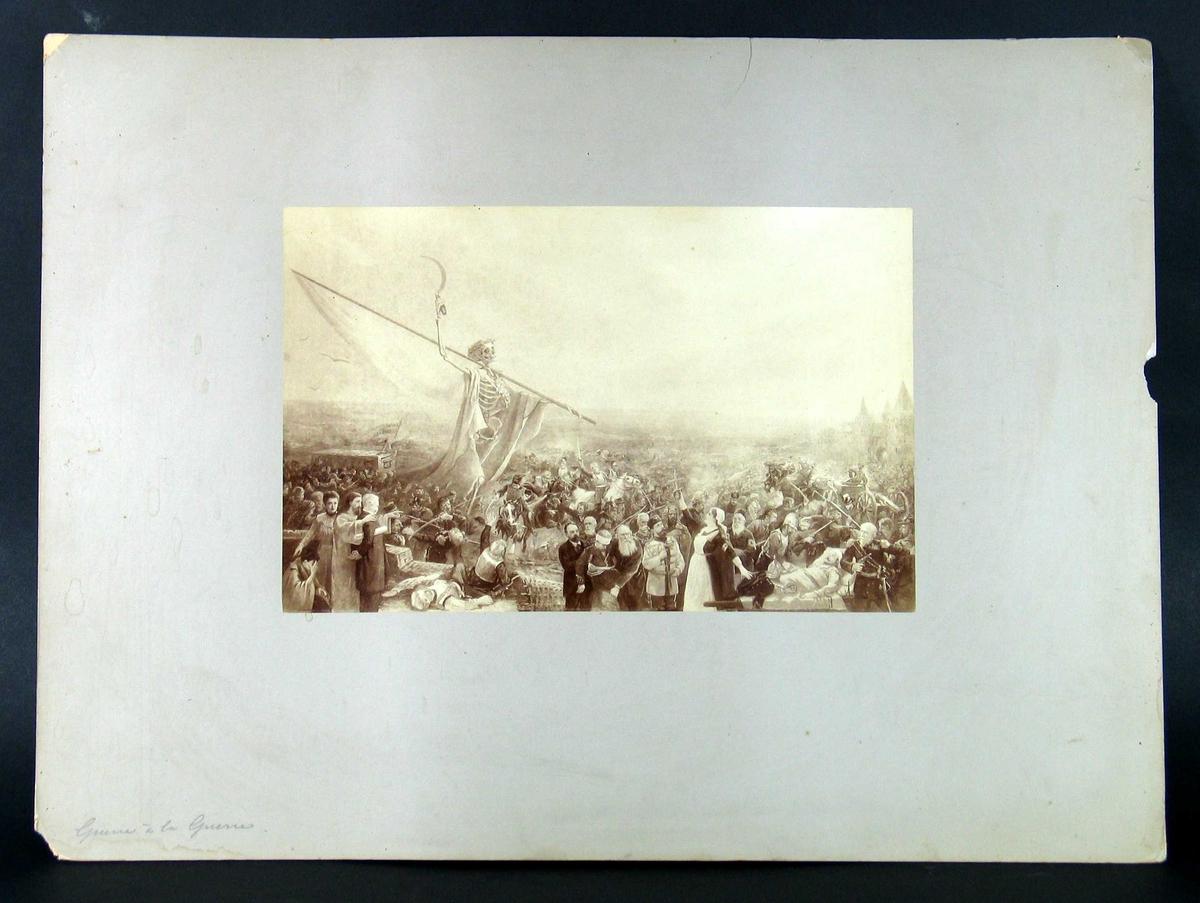 Slagmark i bakgrunnen, sivile trolig kjente politikere i forgrunnen - noen deltagende i redningsarbeidet, andre nærmest som tilskuere. Midt i mengden et stort skjellet med krans rundt hode, ordensbånd og en sigd i hånden. (Napoleon?)