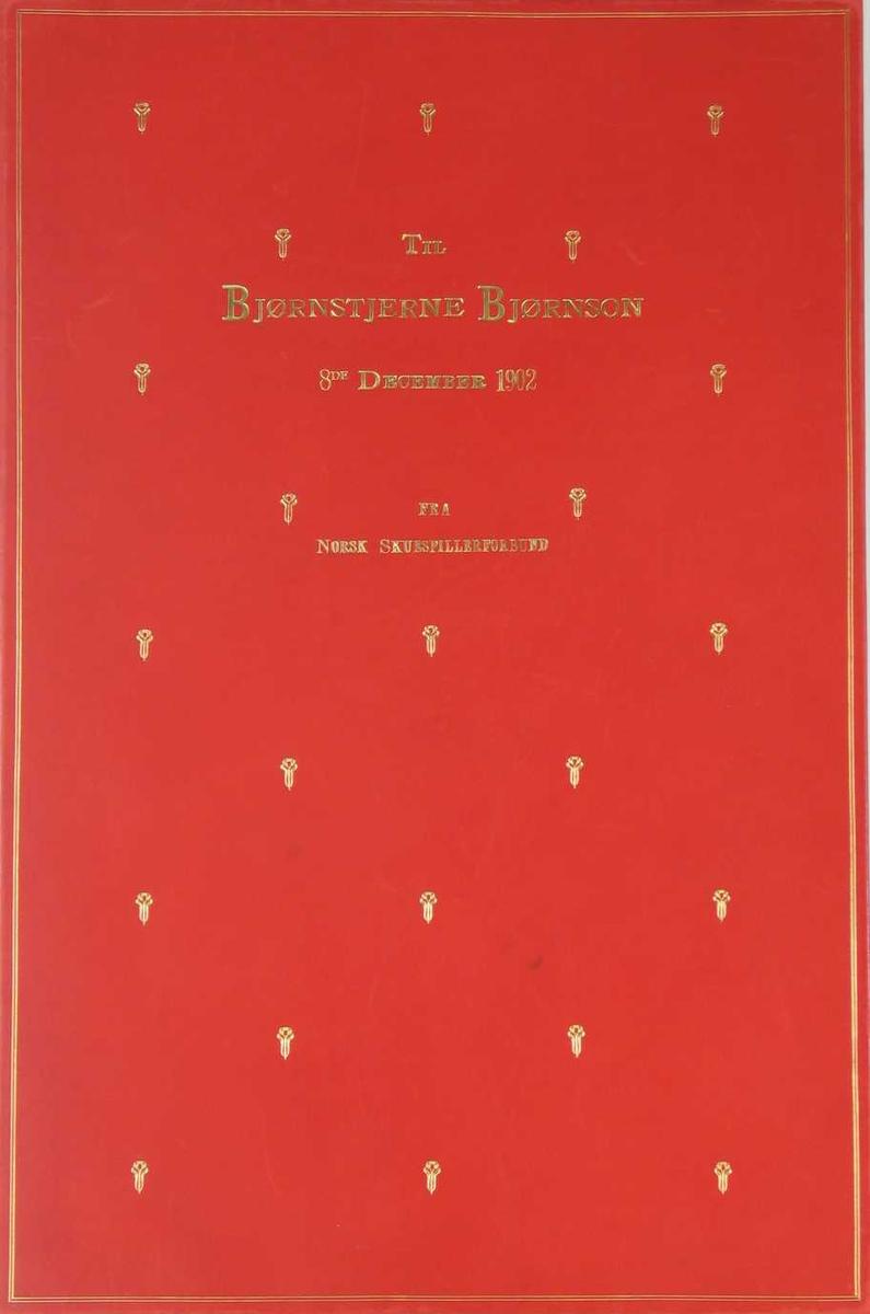 Innbundet adresse i rødt skinn. Den har øverst et bilde av Nasjonalteatret, til venstre forbundets emblem og under en bauta med titlene på BB's dramatiske verk. Adressen er signert av styret.