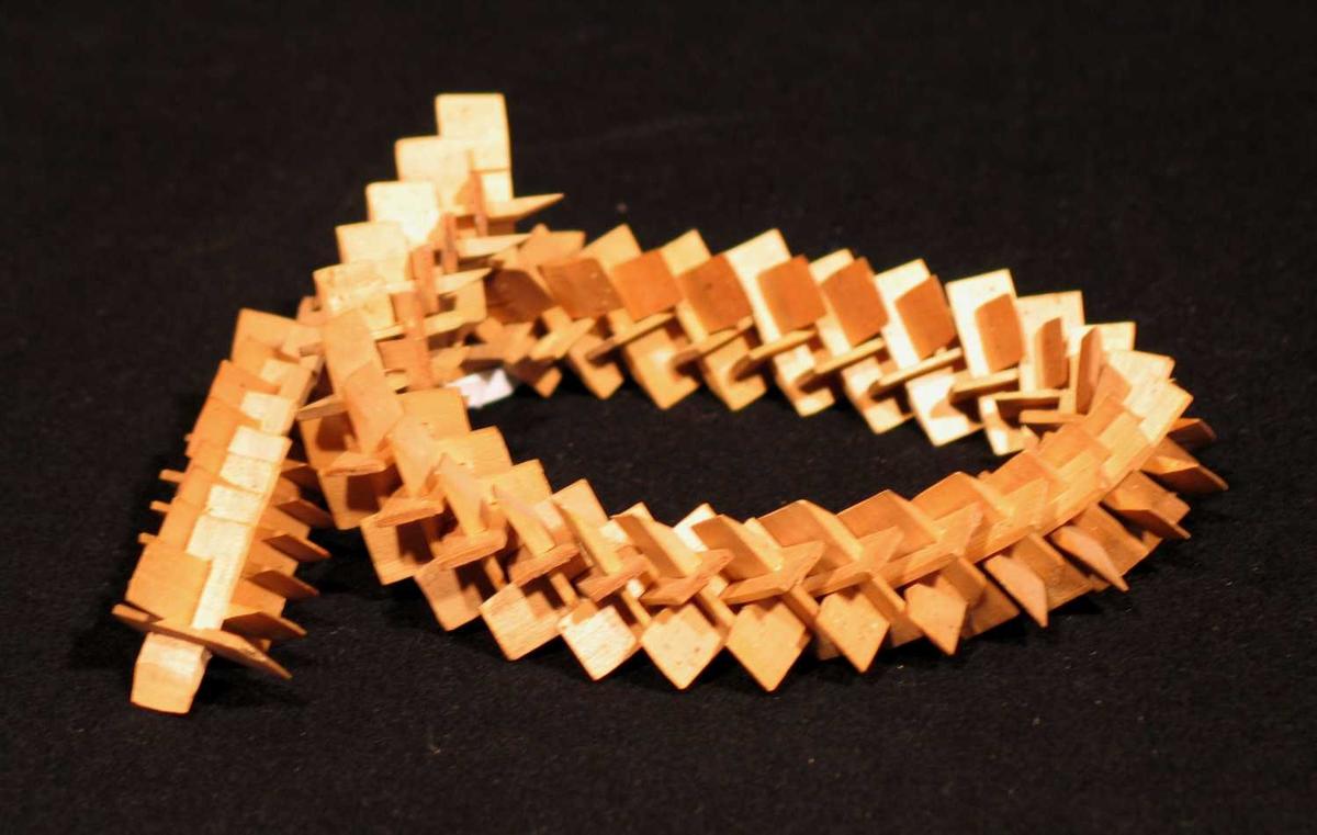 En krans satt sammen av små trepinner.