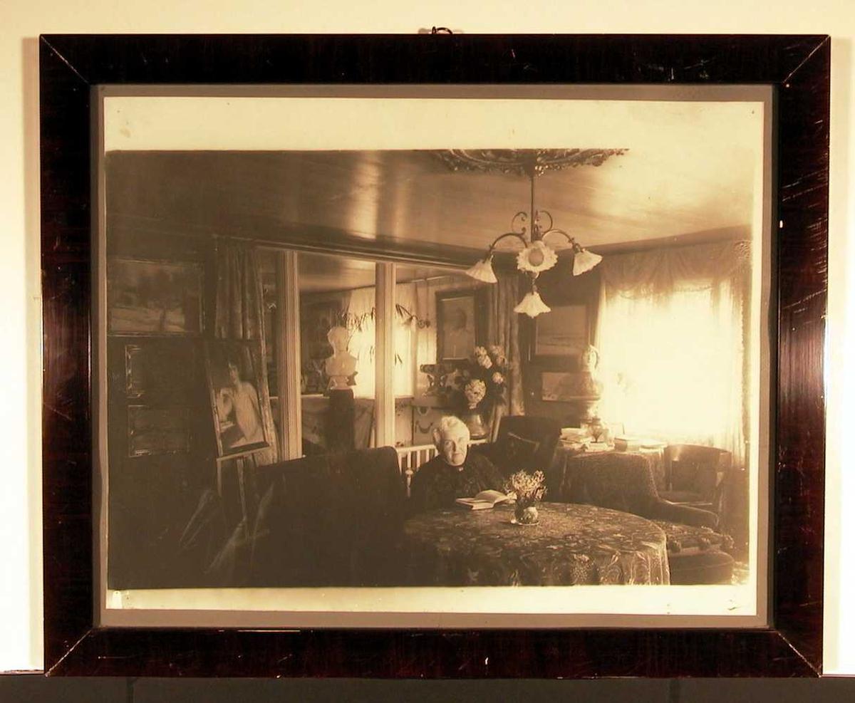 Karoline i stuen på Aulestad.