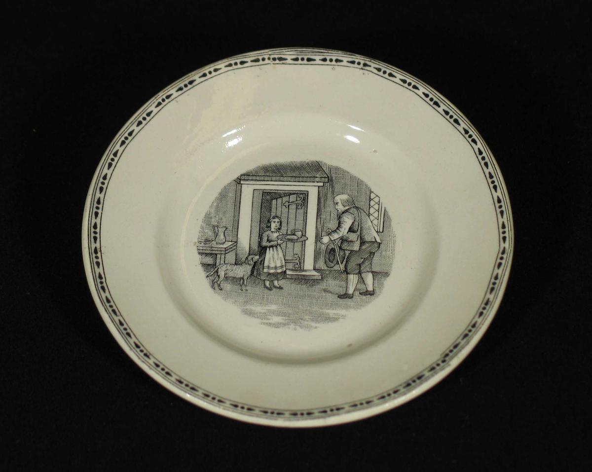 Hvit asjett med svart bord ytterst og trykt motiv i midten.