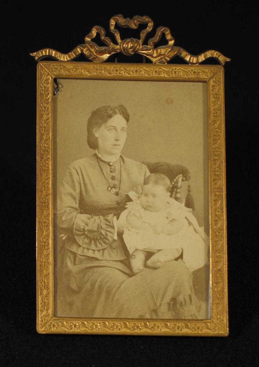 Kvinne med baby på fanget.
