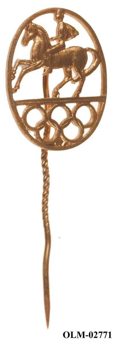 Merke/nål med form som og motiv av en person på hest og de olympiske ringer.