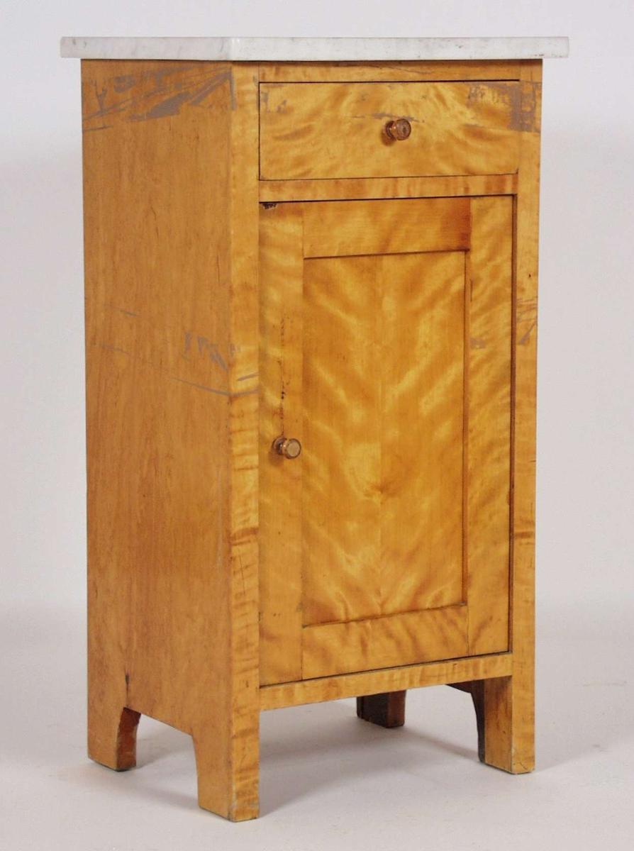 Nattbordet er i finert flammebjørk med eik på innsiden.