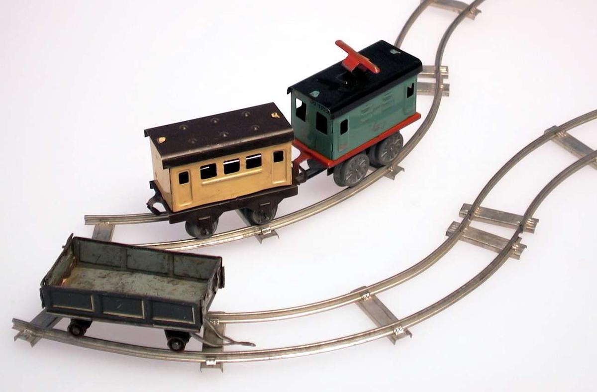 Togbanen består av en konduktørvogn, en passasjervogn og en lastevogn.Fire buede skinner i metall settes sammen til en sirkel. Konduktørvognen kan trekkes opp. Vognene er også i metall.Vognene har bevegelige hjul. Oppbevart i originalemballasjen.