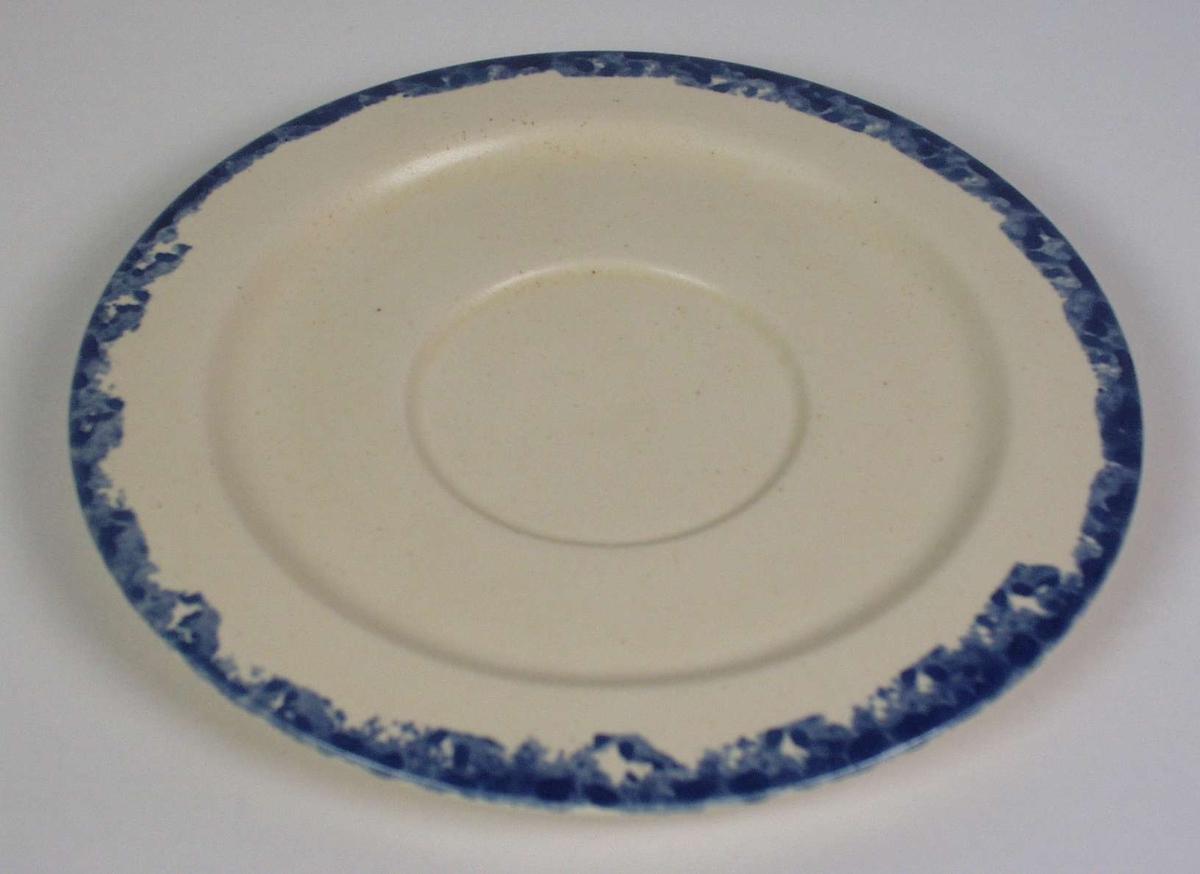 Flat lysegul skål i steingods med blå bord rundt kanten.