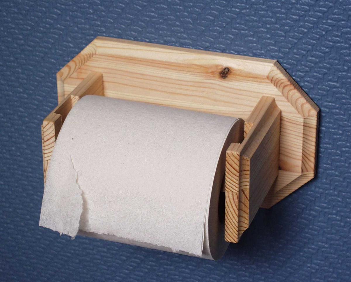 Dorullholder i ubehandlet furu med åttekantet veggfeste.