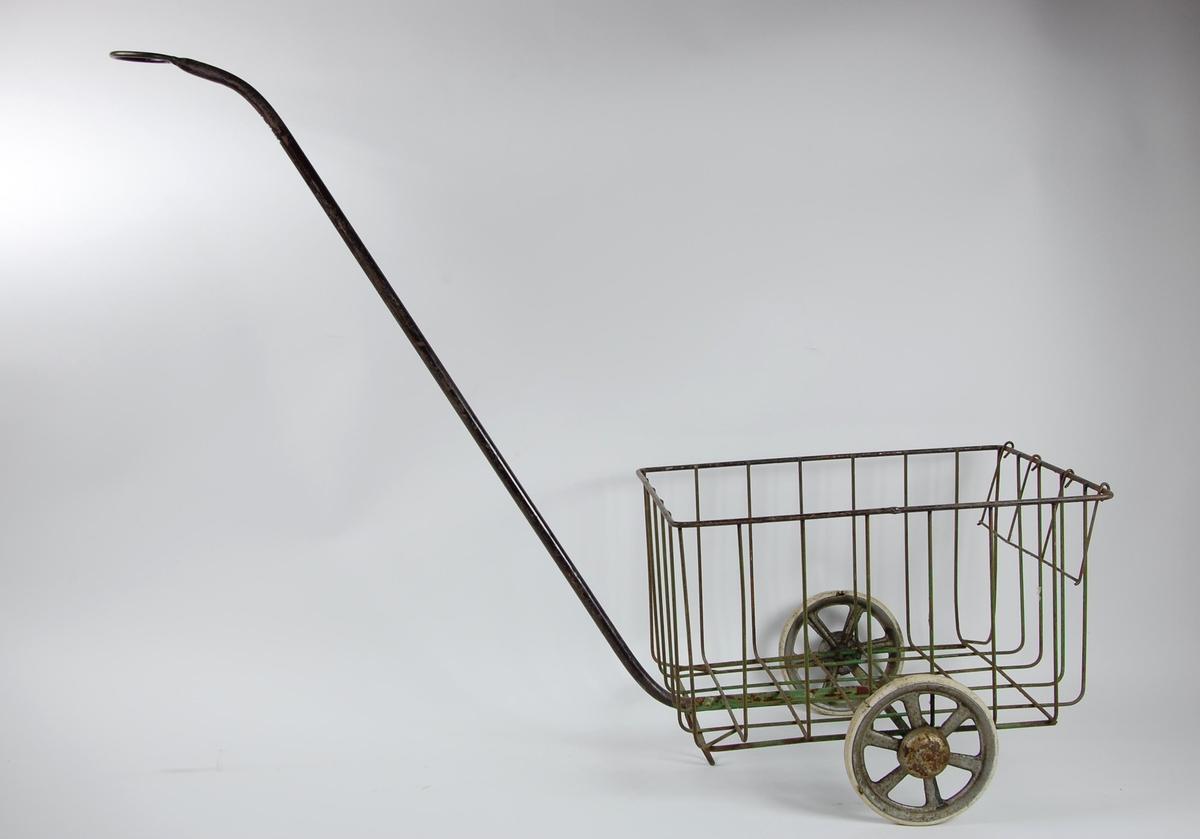 Barnetralle med to hjul og langt håndtak med ring i enden.