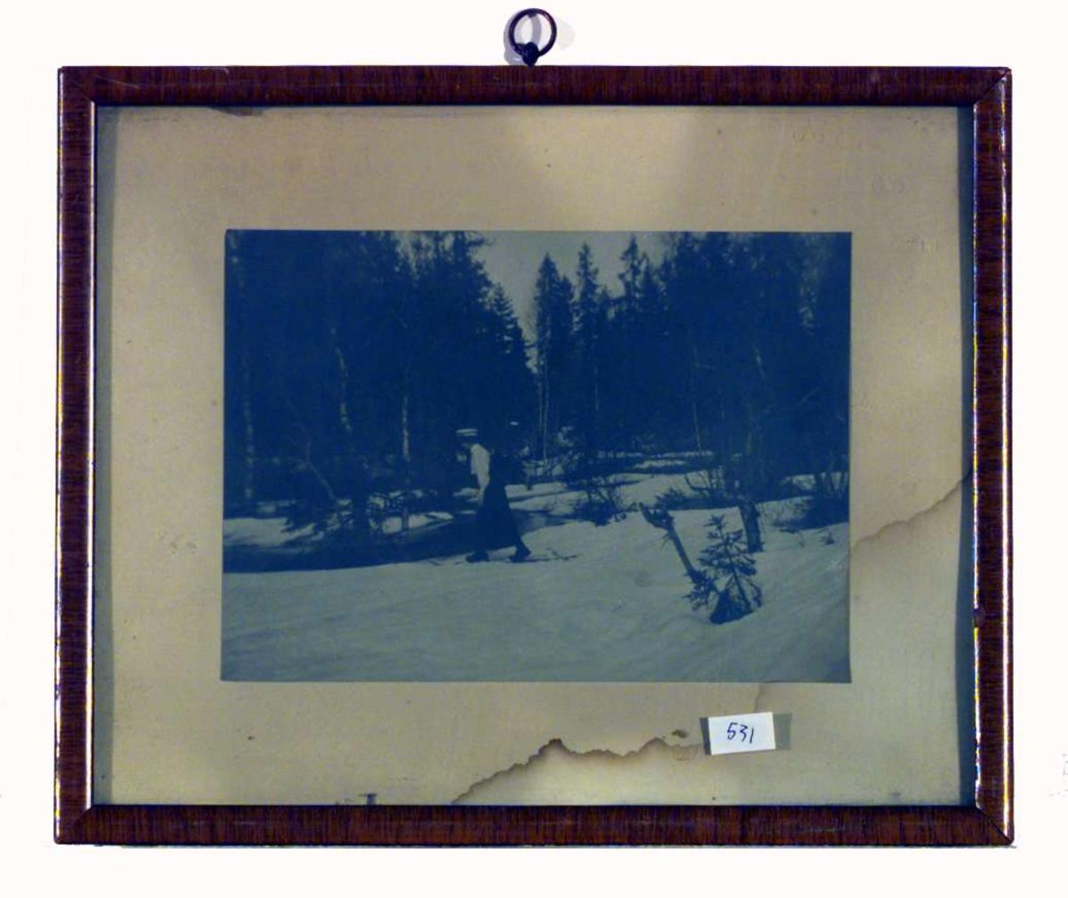 Bildet viser Sigrid Undset på skitur i Nordmarka, sannsynligvis våren 1907.