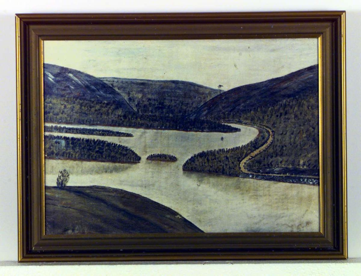 En elv omgitt av åser. En vei kantet med stabbesteiner slynger seg langs elven.