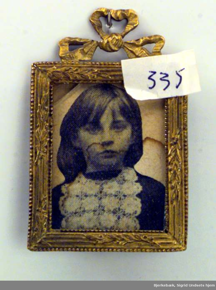 Portrett av Sigrid Undset som barn.