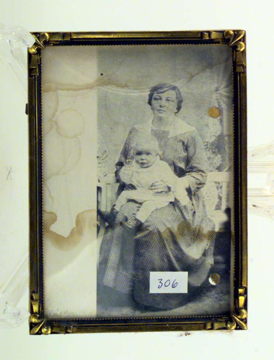 Sigrid Undset med ettåringen Hans på fanget.
