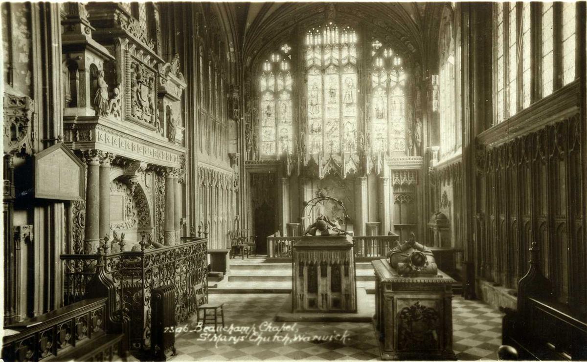 Postkort trykt i svarhvitt med kirkemotiv.