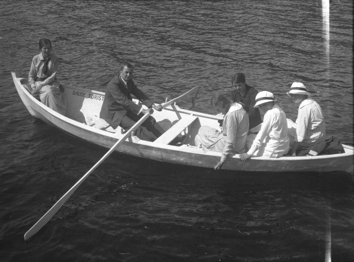 """Gruppe, ukjent, robåt, """"Saude Turistforening"""""""