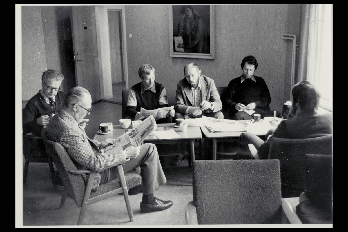 interiør, postkontor, Larvik, 3. postdistriktskontor, spiserommet, fem menn