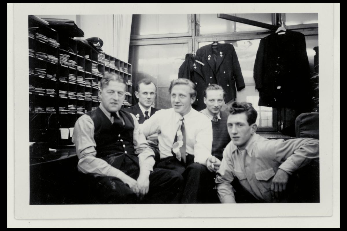 interiør, postkontor, budavdeling, fem menn