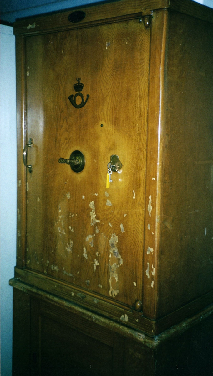 postkontor, interiør, 9001 Tromsø, pengeskap, overskap med dør, to håndtak, lås med nøkkel, postlogo