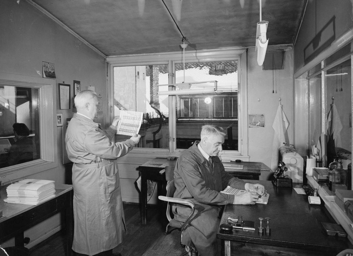 Frimerketrykning, Emil Moestue A/S, overkontrollør Eilif O. Eriksen, kontrollør Tangenes, frimerkekontrollør, feiltrykk, gjennomhullet