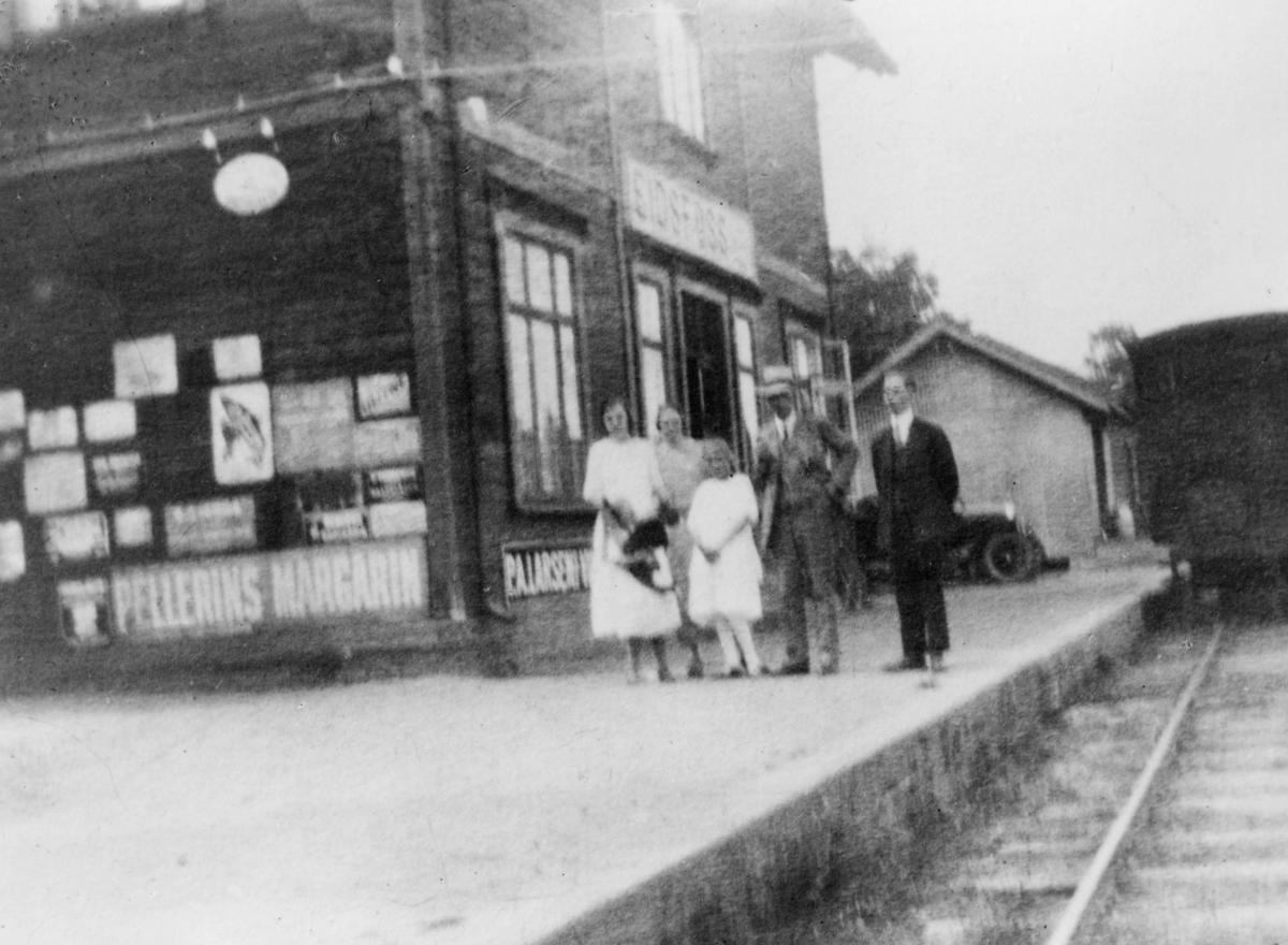 transport, tog, Eidsfoss 3095, jernbanestasjon, Tønsberg - Eidsfossbanen, menn, kvinner