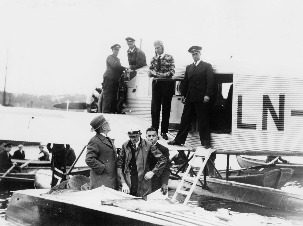 transport, fly, eksteriør, Tromsø, sjøfly Ternen, Bergen-Tromsø, lossing, menn
