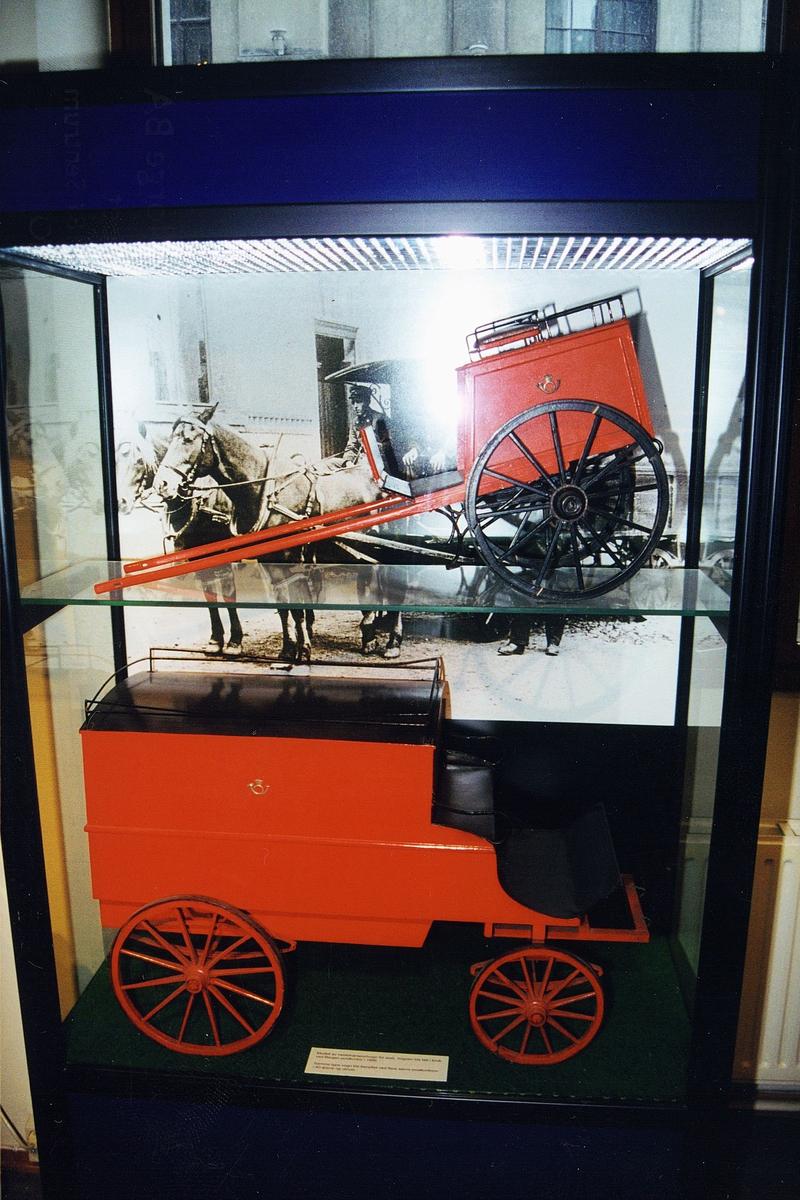 postmuseet, Kirkegata 20, utstilling, monter, modell av postkjøretøyer,  to hestetransportvogner for post