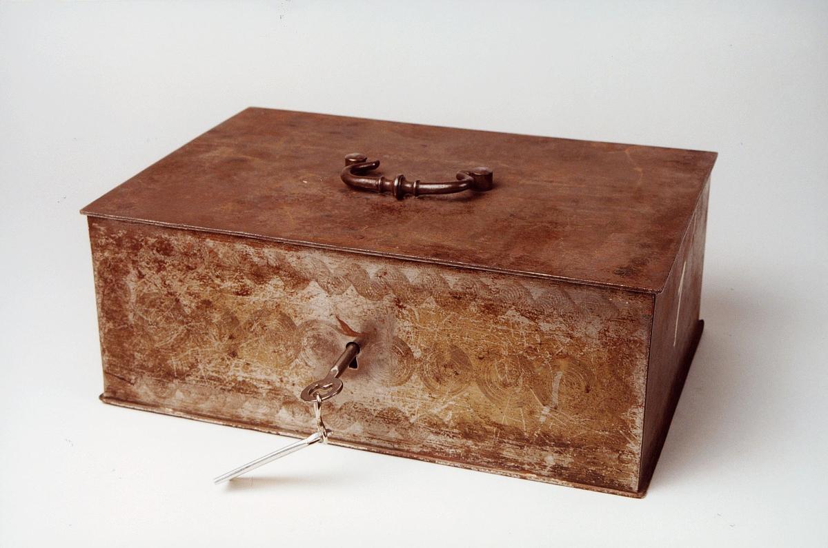 Postmuseet, gjenstander, siselert skrin med håndtak på lokket, skrankekasse, lås med nøkkel.