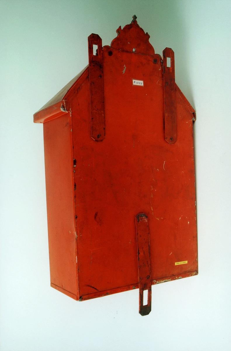 """Postmuseet, gjenstander, postkasse, støpt posthorn og krone øverst på kassen, """"Heri maa kun nedlægges almindelige Breve"""", baksiden."""