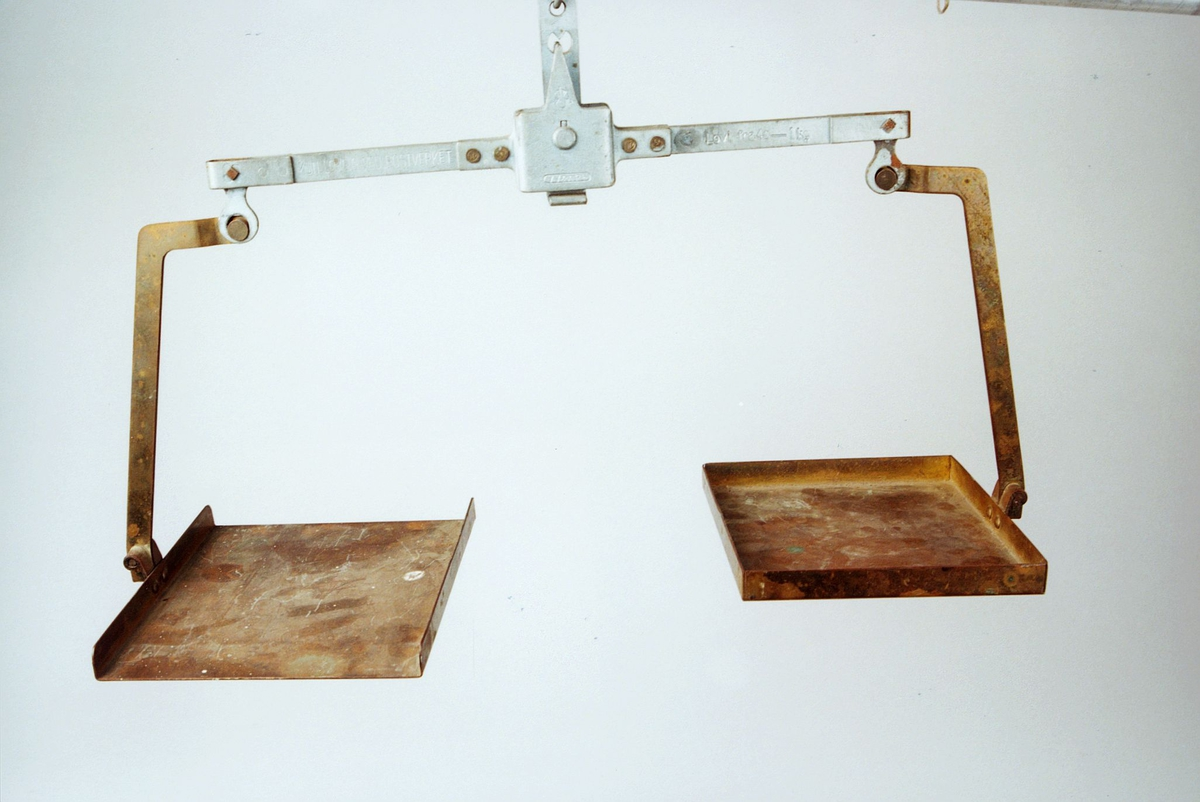 Postmuseet, gjenstander, vekt, postvekt, balansevekt, rektangulære skåler med stang.