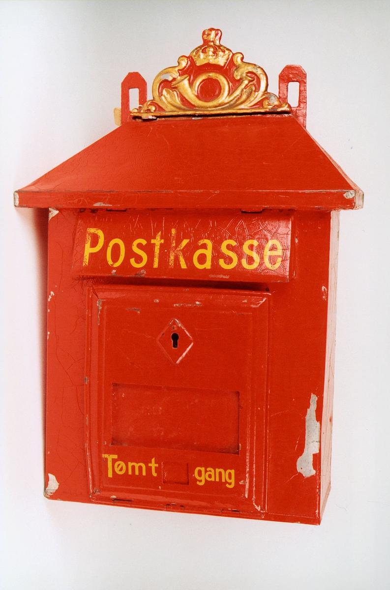 Postmuseet, gjenstander, postkasse, brevkasse, nøkkelhull, med plakat, vindu for antall ganger kassen er tømt, posthorn med krone (postlogo) og ornamenter i støpejern, Postkasse Tømt - gang.