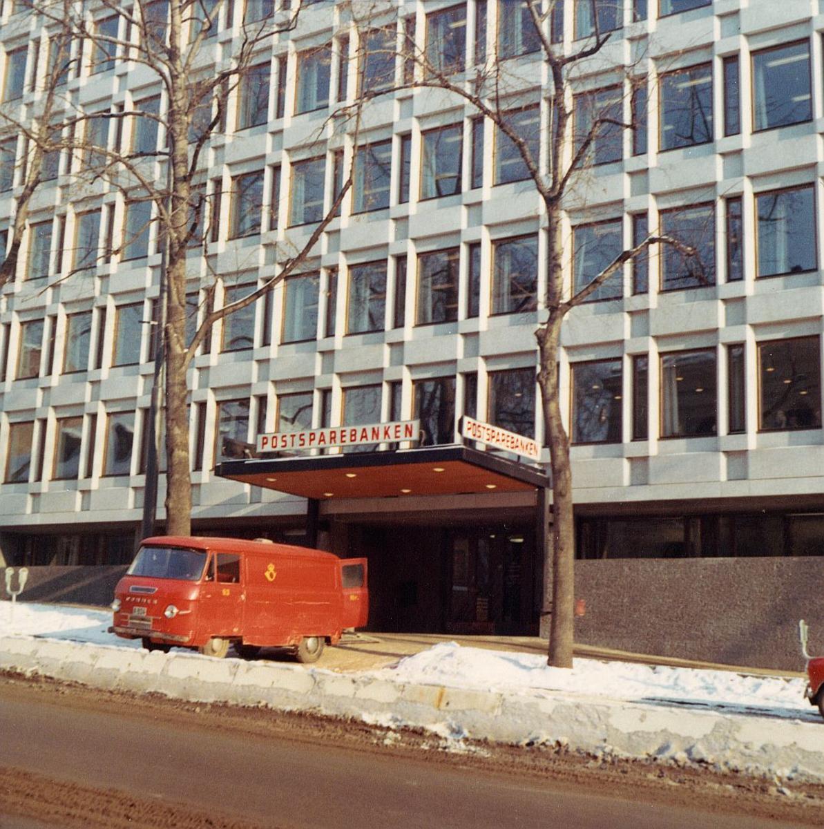 postsparebanken, Akersgata 68, Oslo, snø, rød bil, logo, eksteriør