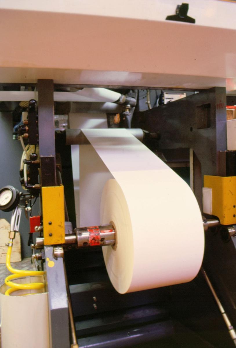 frimerketrykking, Norges bank Seddeltrykkeriet, rotasjonspresse, Goebel frimerkerotasjon, stor papirrull, papir inn, papiret strammes og vendes