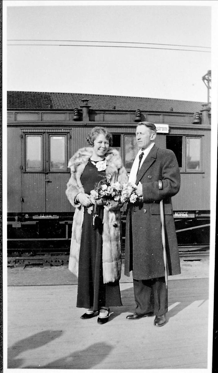Brudepar, jernbanestasjon, pels