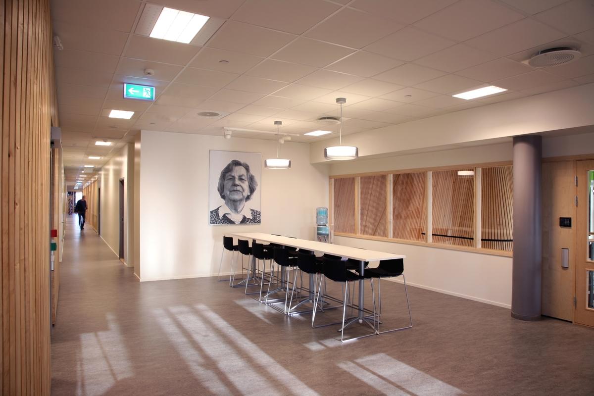 Arnold Johansen arbeider med en spesiell bretteteknikk som gjør at fotografiene bokstavelig talt viser de portretterte fra flere vinkler. De portretterte menneskene har alle tilknytning til Finnmark, og bildene illustrerer den konflikten eller brytningen mellom ulike tilhørigheter som en del mennesker i området kan kjenne seg igjen i.