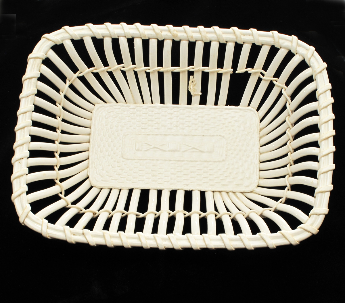 Etterligning av kurvmakerarbeide i creamware