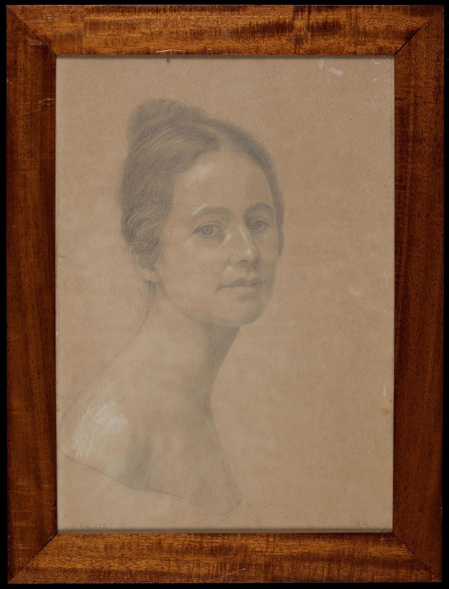 Kvinne, brystb., høyrev., lang hals, utringet kjole, mørkt hår m. topp.