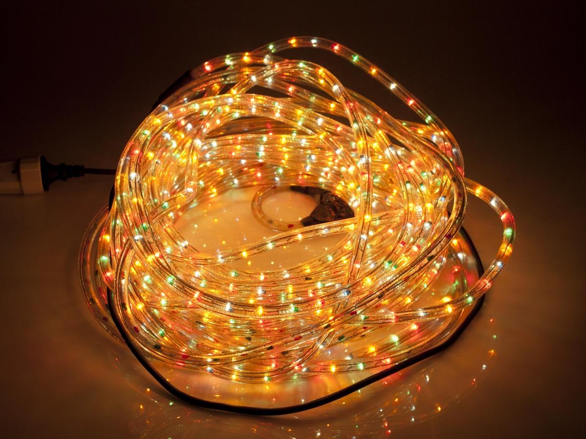 Lysslange/ropelight i blandet kulør. Lysslangen er bøyelig i myk plast. Inne i plasten ligger mange lys i forskjellige kulører. Lysslange er beregnet til å bli arrangert ut langs eller rundt faste holdepunkter på hus eller på grener på treer og busker.