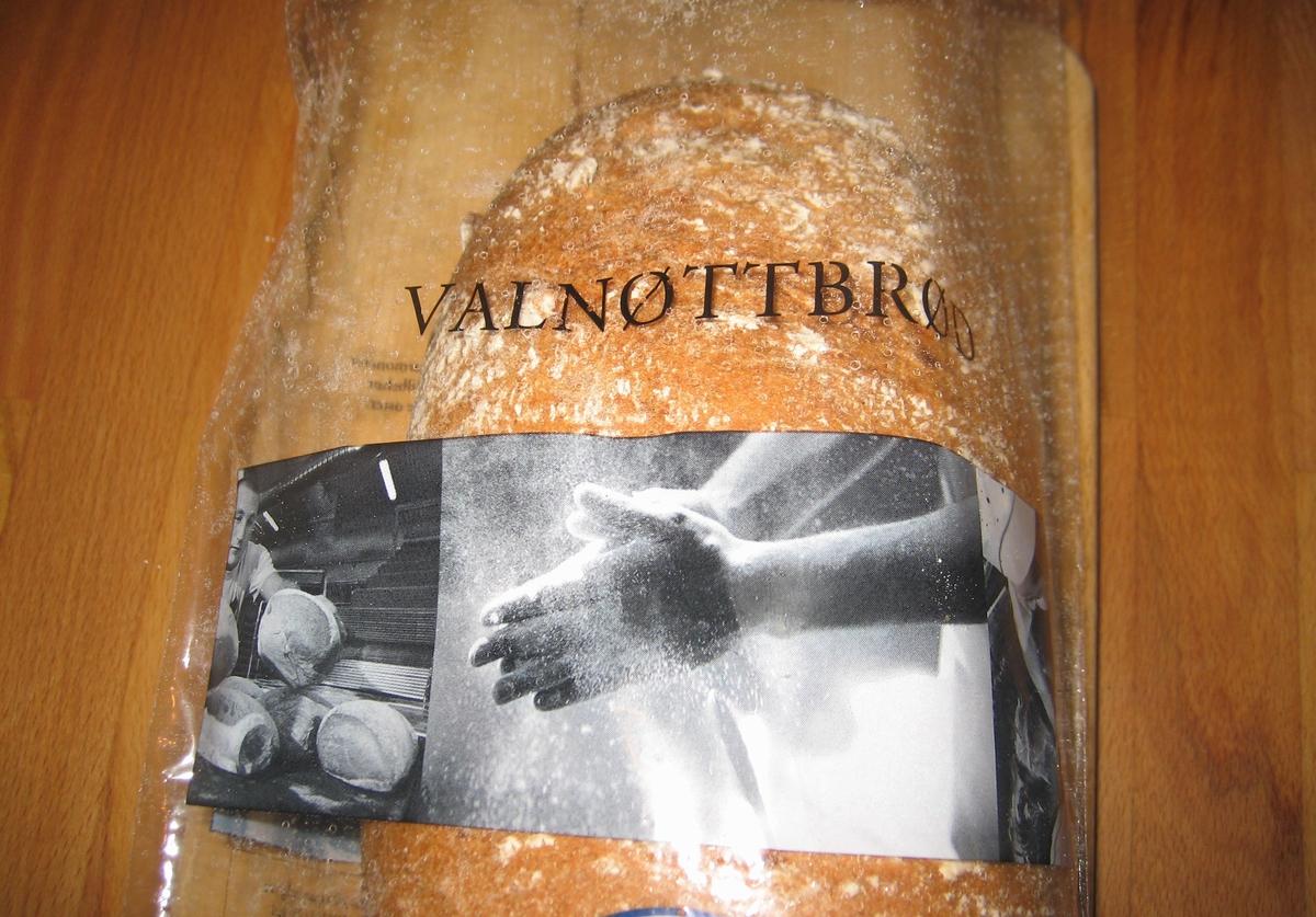 Det er tre motiv i sort/hvit på posens forside: Første motiv: En baker tar opp et bred som ligger sammen med andre brød på en plate. Andre motiv: Et par hender med mel strykes mot hverandre. Tredje motiv: En baker tar tak i deigen nede i en røremaskin.  Det er tre motiv i sort/hvit på posens bakside: Første motiv: En baker kjører et brødstativ etter seg. På brødstativet er ligger brød satt til heving. Andre motiv: En baker tar opp ingredienser som skal i brødene. Bak på posen er et norsk flagg.