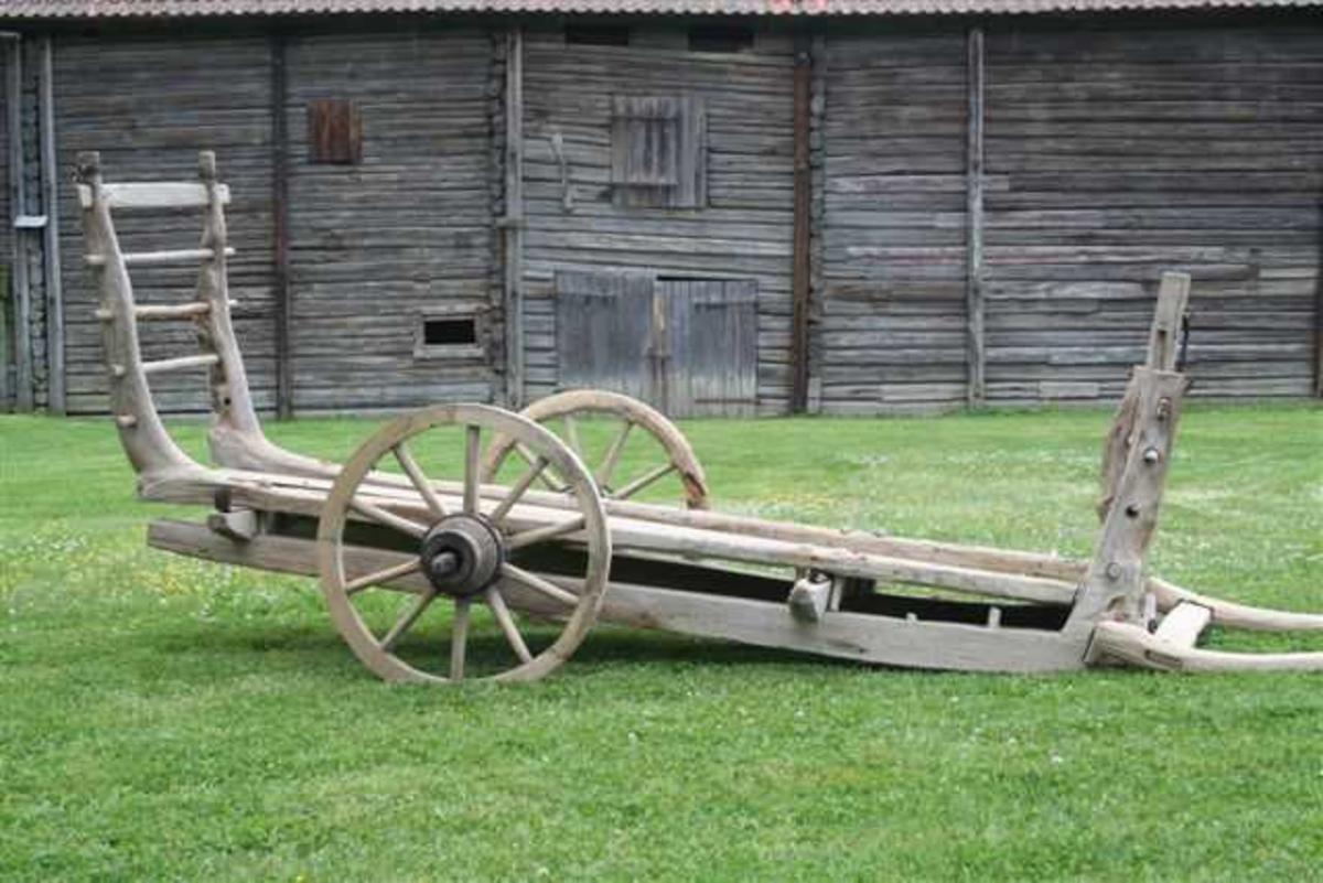 Form: Vogn med én hjulgang. Selve karmen utgjøres av naturlig vokste bjørkekroker.