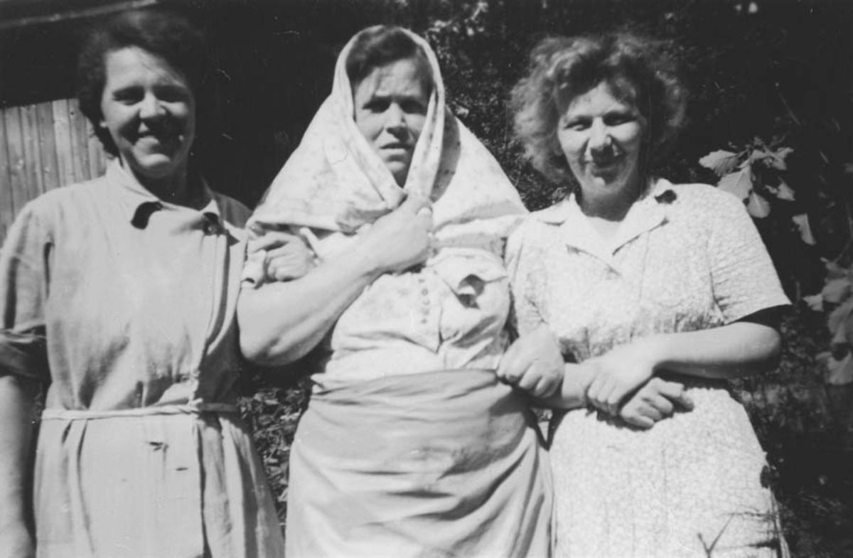 """Tre kvinner, den midterste med """"skaut""""."""