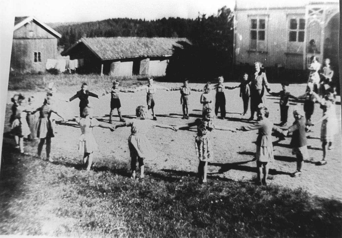 Organisert lek i skolegården. 1 skoledag for 1. klasse Brønnerud skole, lærer Synnøve Breirem