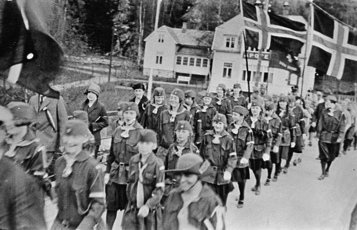 Speiderne i 17.mai-toget på Kolbotn-veien.