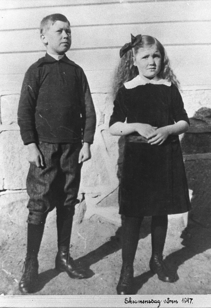 To søsken på eksamensdagen våren 1917.
